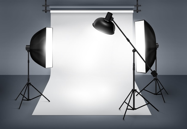Studio fotograficzne ze sprzętem oświetleniowym, lampą błyskową i softboxem.