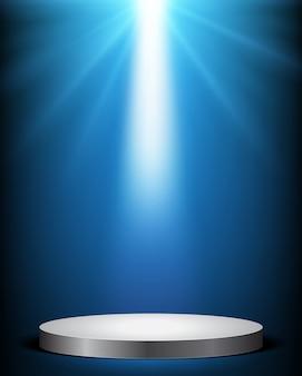 Studio światła promienie z białym podium na niebieskim tle
