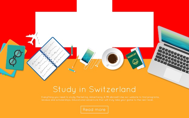 Studiuj w szwajcarii dla swojej sieci lub materiałów drukowanych. widok z góry laptopa, książek i filiżankę kawy na flagi narodowej. płaski nagłówek strony poświęconej badaniu za granicą
