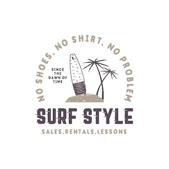 Styl vintage etykieta surfowania. letni emblemat w stylu surfingu z deską surfingową, tropikalnymi palmami i elementami typografii. używaj do t-shirtów, nadruków na ubraniach, innej tożsamości marki. wektor zapas na białym tle.