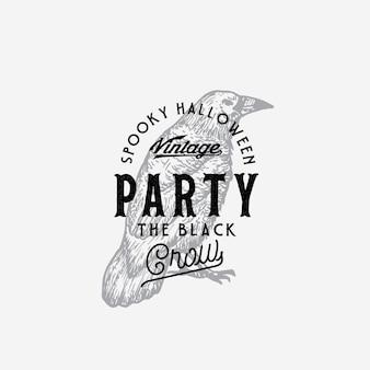 Styl vintage party halloween logo lub szablon etykiety. ręcznie rysowane czarny kruk lub symbol szkicu raven i typografia retro.