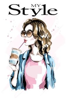 Stylowa dziewczyna trzyma napój