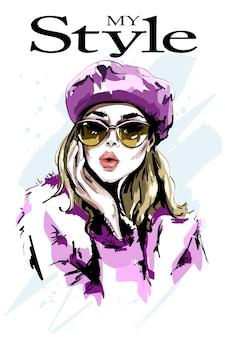 Stylowa dziewczyna w okularach przeciwsłonecznych