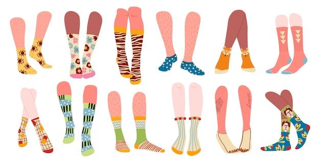 Stylowe i zabawne skarpetki o różnych teksturach na białym tle. plik modne męskie i żeńskie nogi w różnych wysokich i niskich skarpetach, ilustracja.
