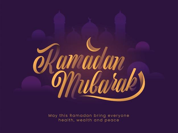 Stylowy złoty tekst ramadan mubarak, półksiężyc i sylwetka meczetu na fioletowym tle. islamski święty miesiąc