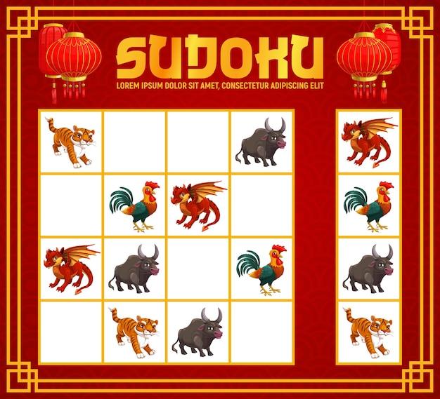 Sudoku lub puzzle ze zwierzętami zodiaku kreskówek chińskiego nowego roku. edukacja dla dzieci gra logiczna, zagadka, rebus lub szablon arkusza ze zwierzętami z horoskopu księżycowego i czerwonymi papierowymi lampionami