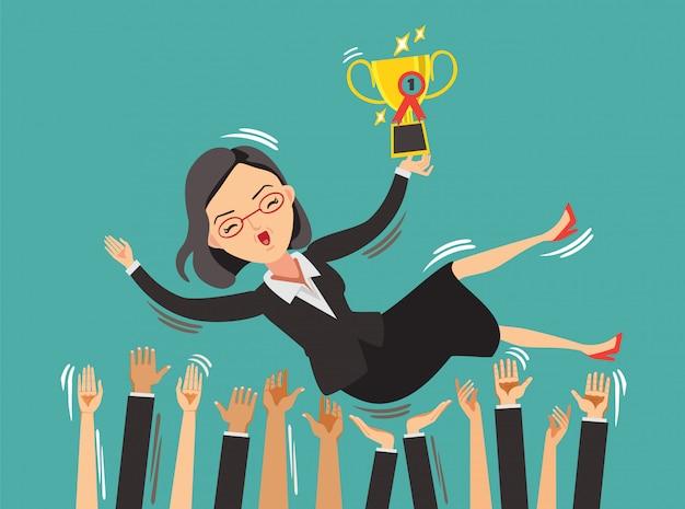 Sukces lidera biznesu kobieta na szczycie triumfalnie