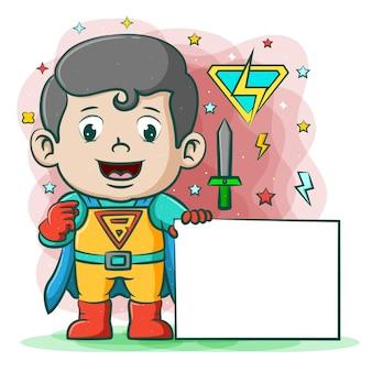 Super elektryczny chłopiec z niebieskim płaszczem, trzymając białą tablicę