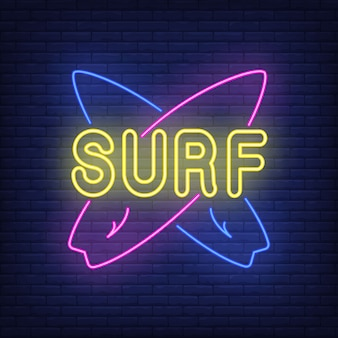 Surfuj po neonie ze skrzyżowanymi deskami surfingowymi. surfing, sport ekstremalny, turystyka.