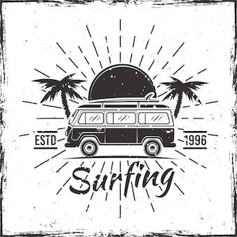 Surfujący autobus z palmami, zmierzchem i promieniami, czarna wektorowa ilustracja