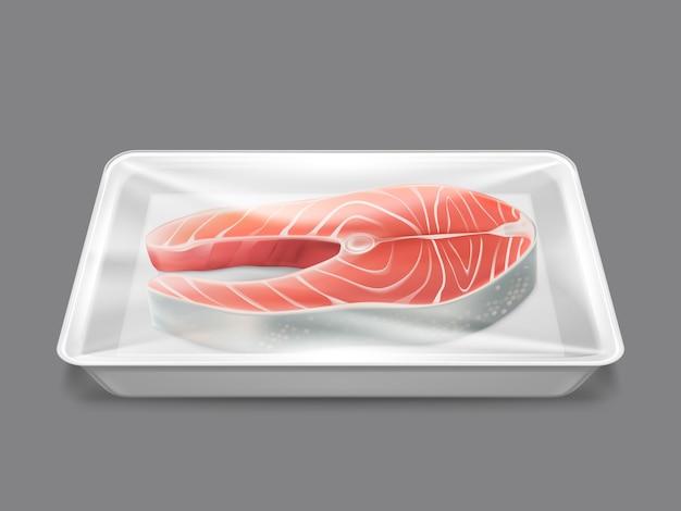 Surowy stek z łososia pakowany w świeże owoce morza