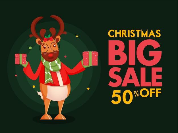 Świąteczna duża sprzedaż plakat oferta rabatowa i renifer kreskówka trzymając pudełka na zielonym tle.