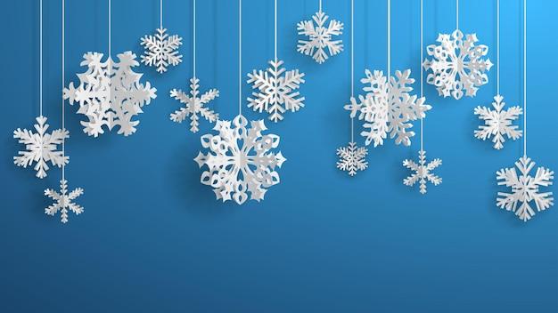 Świąteczna ilustracja z białymi trójwymiarowymi papierowymi płatkami śniegu wiszącymi na jasnoniebieskim tle