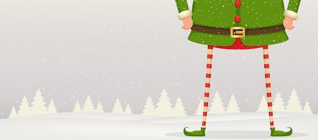 Świąteczna kompozycja stóp i dłoni elfa stojącego na śniegu. tło uroczysty nowy rok.