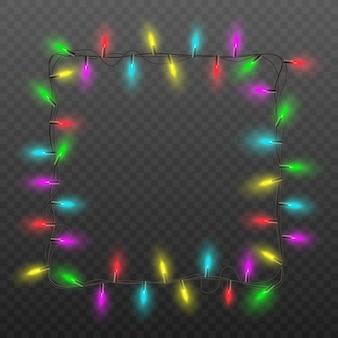 Świąteczna kwadratowa ramka z realistyczną girlandą świateł choinkowych z kolorowymi świecącymi żarówkami na ciemnym przezroczystym tle - ilustracja dekoracji świątecznych.
