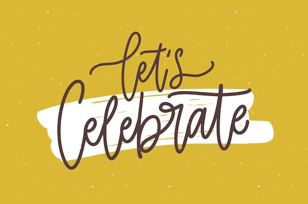 Świąteczna pocztówka lub szablon zaproszenia na przyjęcie urodzinowe z frazą let's celebrate napisany modną czcionką kaligraficzną przed śladem farby na powierzchni