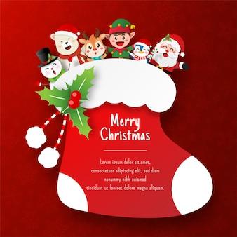 Świąteczna pocztówka ze świętym mikołajem i przyjacielem w świątecznej skarpetce