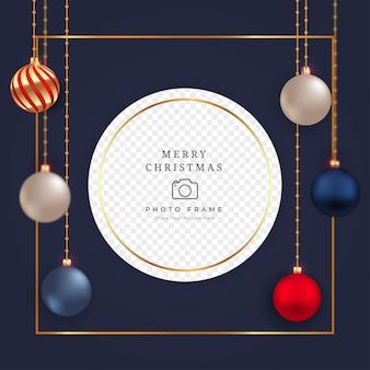 Świąteczna ramka na zdjęcia z luksusowymi czerwonymi, niebieskimi i białymi kulami dekoracyjnymi. realistyczny projekt ramki na zdjęcia w mediach społecznościowych z kulkami 3d. świąteczna ramka na zdjęcia z kulkami dekoracyjnymi.
