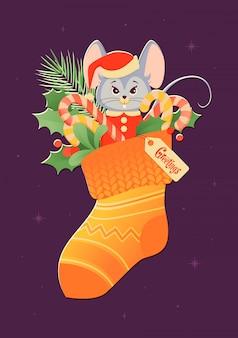 Świąteczna skarpeta ze słodyczami i uroczym gryzoniem w stroju świętego mikołaja