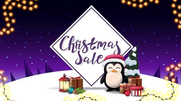 Świąteczna wyprzedaż, baner rabatowy z pingwinem w czapce świętego mikołaja z prezentami, starą latarnią i fioletowym zimowym krajobrazem