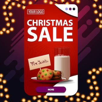 Świąteczna wyprzedaż, czerwony pionowy baner rabatowy z guzikiem i ciasteczka ze szklanką mleka dla świętego mikołaja