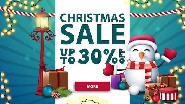 Świąteczna wyprzedaż, do 30 rabatów, biało-niebieski baner z pionowym paskiem, girlandy, stara latarnia na słupie i bałwan w czapce świętego mikołaja z prezentami