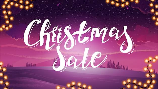 Świąteczna wyprzedaż, fioletowy baner rabatowy z dużym tytułem i różowym zimowym krajobrazem