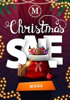Świąteczna wyprzedaż, pionowy fioletowy baner rabatowy z dużymi literami wolumetrycznymi, girlandami, guzikiem i torbą świętego mikołaja z prezentami