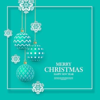 Świąteczne delikatnie zielone bombki z geometrycznymi wzorami i płatkami śniegu. abstrakcjonistyczny bożenarodzeniowy tło w pastelowych kolorach. miejsce na twój tekst.