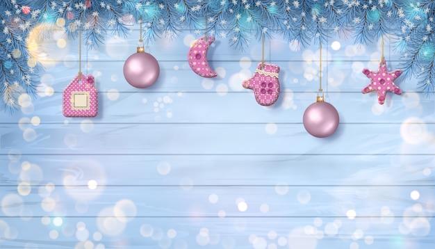 Świąteczne gałęzie jodły z wiszącymi ręcznie robionymi dekoracjami tekstylnymi