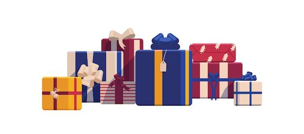 Świąteczne pudełka na prezenty świąteczne owinięte w jasny kolorowy papier i ozdobione wstążkami i kokardkami