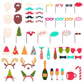 Świąteczne rekwizyty do fotobudki zestaw kreskówek: czapka i broda świętego mikołaja, poroże renifera, elf, wąsy, butelka szampana, okulary, cygaro i czerwona filiżanka kawy na białym tle.