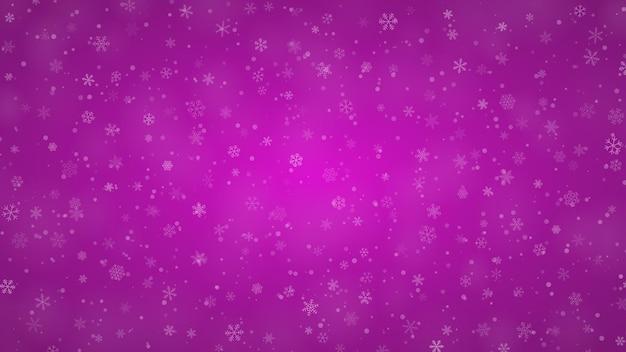 Świąteczne tło płatków śniegu o różnych kształtach, rozmiarach i przezroczystości w fioletowych kolorach