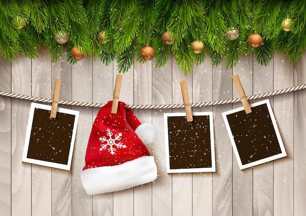 Ð¡ świąteczne tło ze zdjęciami i czapką mikołaja.