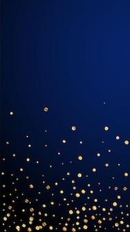 Świąteczne zabawne konfetti. gwiazdy uroczystości. rzadki złoty konfetti na ciemnym niebieskim tle. idealny świąteczny szablon nakładki. pionowe tło wektor.