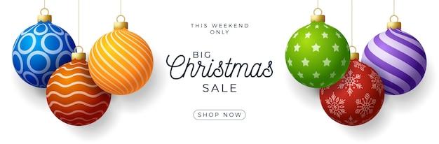 Świąteczny baner promocyjny sprzedaży poziomej. wakacyjna ilustracja z realistycznymi ozdobnymi kolorowymi bombkami na białym tle.