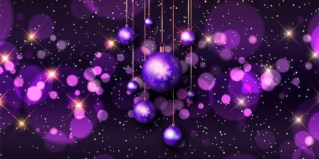 Świąteczny baner z lampkami bokeh i wiszącymi bombkami