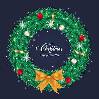 Świąteczny ciemnozielony wieniec z białymi i czerwonymi ozdobnymi kulkami zielony wieniec