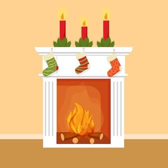 Świąteczny element dekoracyjny kominka ze skarpetkami na prezenty świece