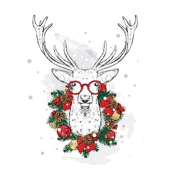 Świąteczny jeleń w wieńcu noworocznym z kulkami, kokardkami i szyszkami.