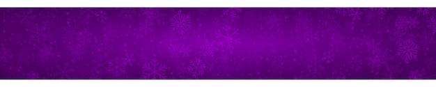 Świąteczny sztandar płatków śniegu o różnych kształtach, rozmiarach i przezroczystości na fioletowym tle