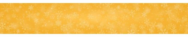 Świąteczny sztandar płatków śniegu o różnych kształtach, rozmiarach i przezroczystości na żółtym tle