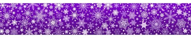 Świąteczny sztandar różnych złożonych dużych i małych płatków śniegu z poziomą bezszwową powtarzalnością, biały na fioletowym tle