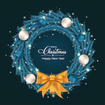 Świąteczny wieniec w kolorze lodu z białymi i niebieskimi ozdobnymi kulkami niebieski wieniec