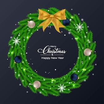 Świąteczny zielony wieniec z niebieskimi i białymi kulkami dekoracyjnymi zielony wieniec