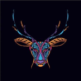Świecą w ciemnej dekoracyjnej głowie jelenia