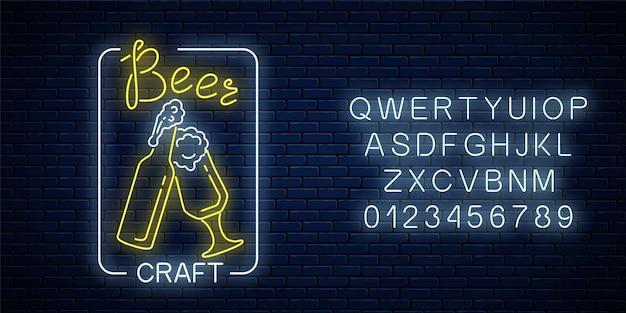 Świecące neonowe piwo szyld ze szklanką piwa i butelki w ramce prostokąta z alfabetem na powierzchni ciemnej cegły ściany. znak świetlny reklama klubu nocnego z barem. ilustracja.