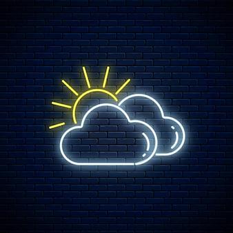 Świecący neon pochmurny z ikoną pogody słońce. symbol dwóch chmur ze słońcem w stylu neonowym do prognozy pogody