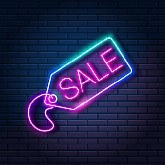 Świecący neon tag ze słowem sprzedaż na tle ciemnej cegły ściany. zakupy baner reklamowy zniżki, ilustracji wektorowych