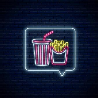 Świecący neon znak z frytkami i filiżanką napoju gazowanego w ramce powiadomienia wiadomości na tle ciemnego ceglanego muru. symbol żywności i napojów w dymku w stylu neon. ilustracja wektorowa.